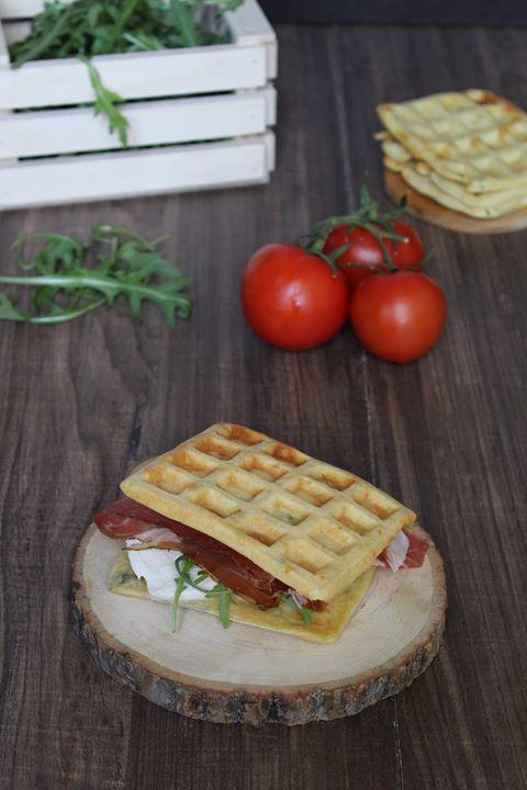 Waffel salati con speck e mozzarella