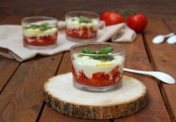 Caprese in bicchiere mozzarella e pomodoro