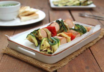 Spiedini con wurstel e verdure grigliate.