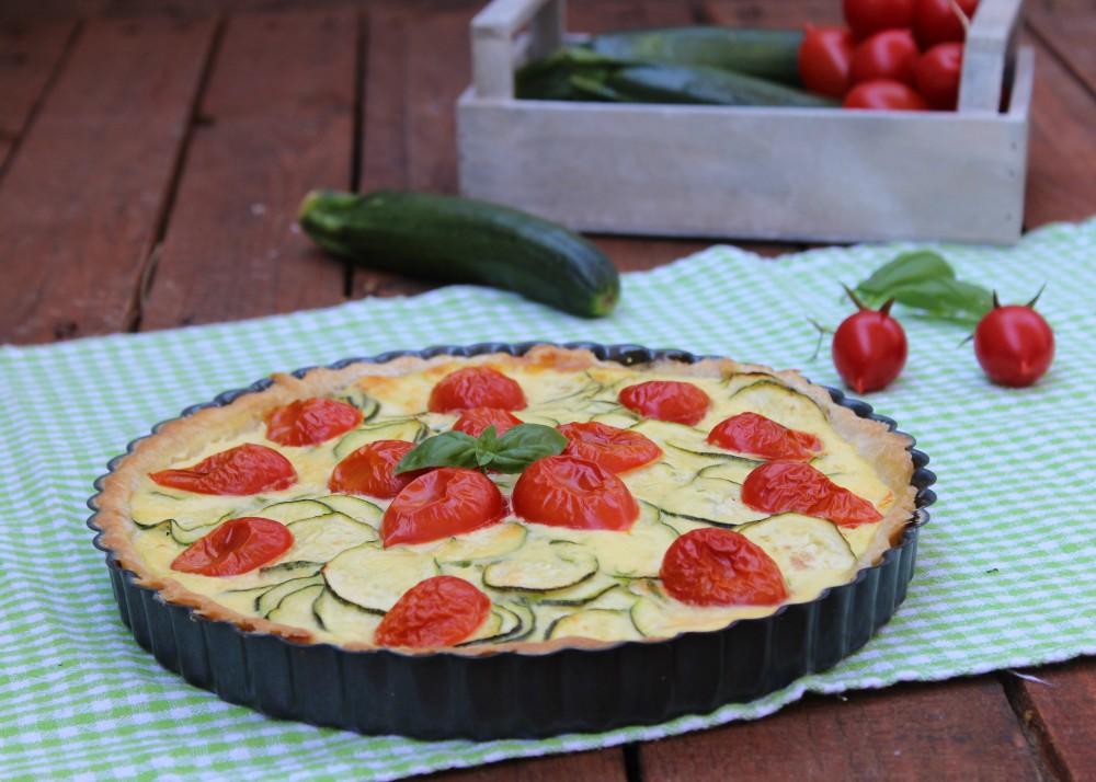 Torta salata di sfoglia con zucchine e pomodorini