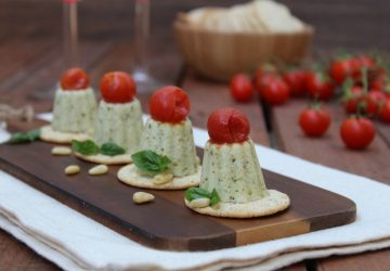 Panna cotta salata al pesto e pomodori