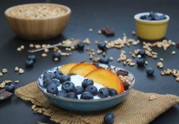 Yogurt greco con frutta e farro