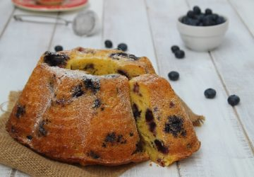 Ciambellone allo yogurt con mirtilli.