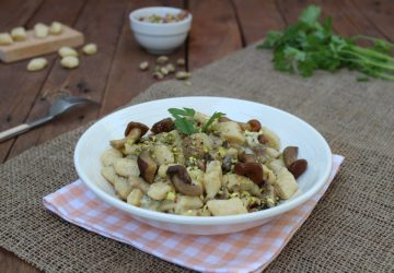 Gnocchi con funghi porcini e pistacchi