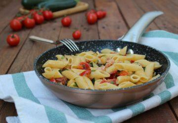 Penne con zucchine, pomodorini e pancetta