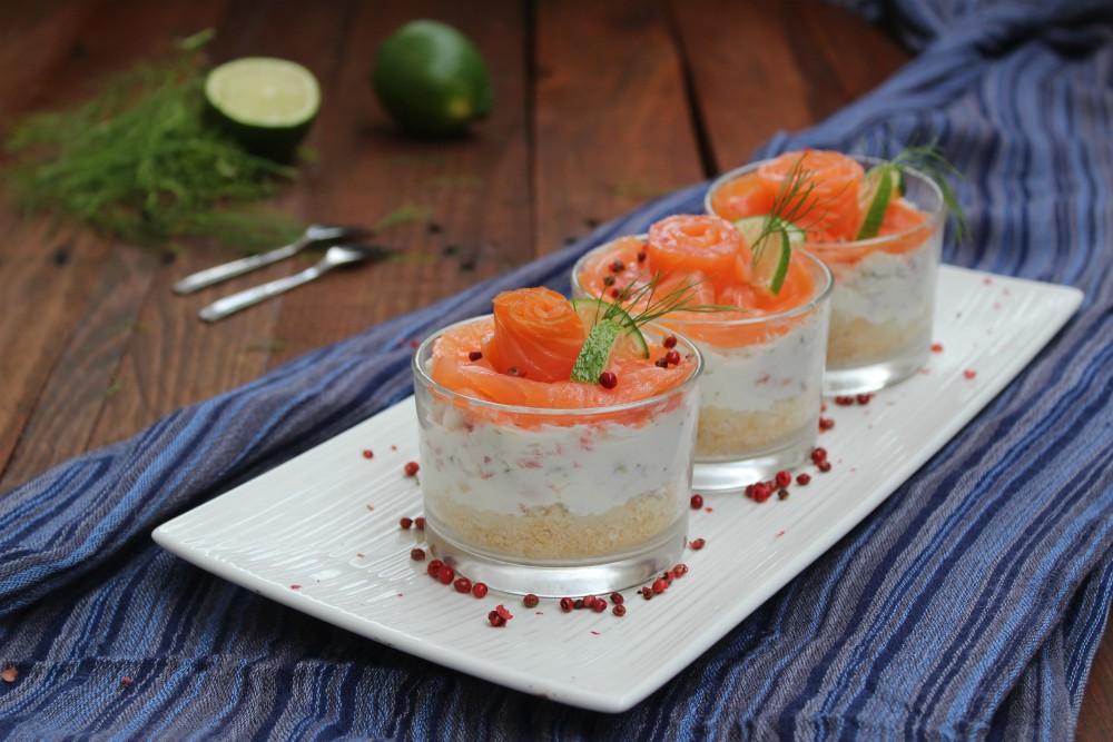 Cheesecake al bicchiere con salmone e pistacchi