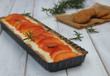 Crostata senza cottura con pesche al rosmarino
