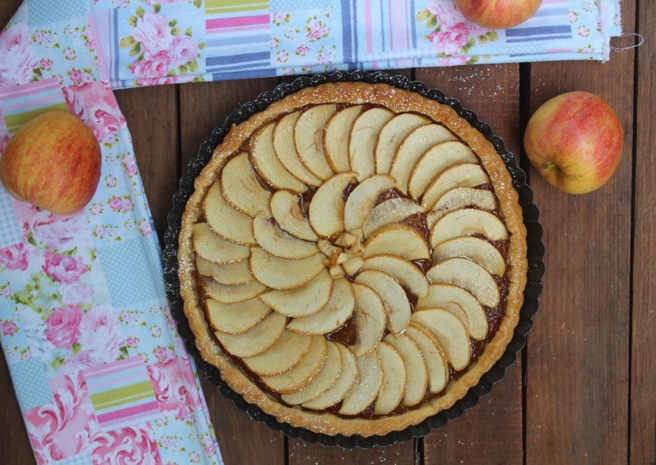 Torta di sfoglia con mele e marmellata