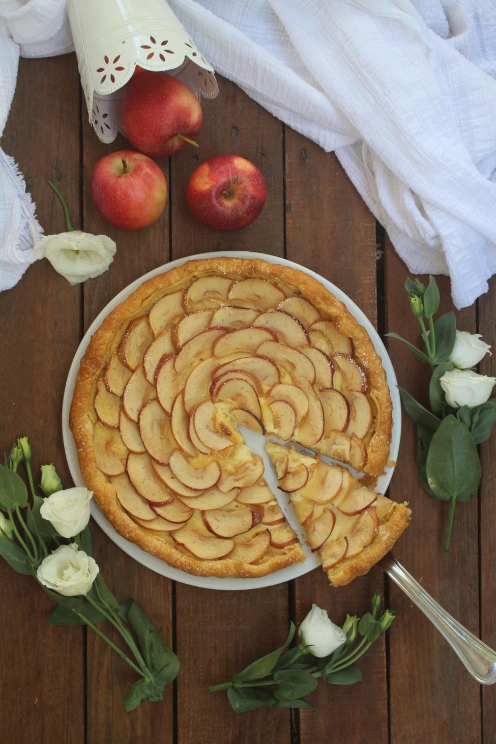 Crostata di sfoglia con crema e mele