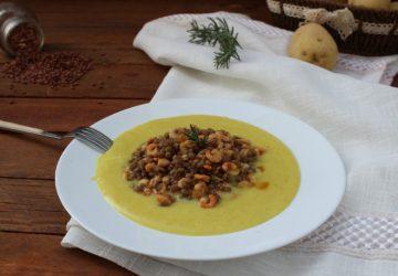 Gamberetti con lenticchie su letto di patate