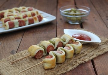 Spiedini di sfoglia con olive e wurstel