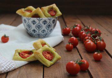 Sfogliatine con pomodorini e pesto