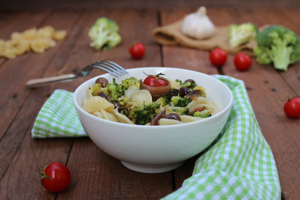Orecchiette con broccoli, alici e olive
