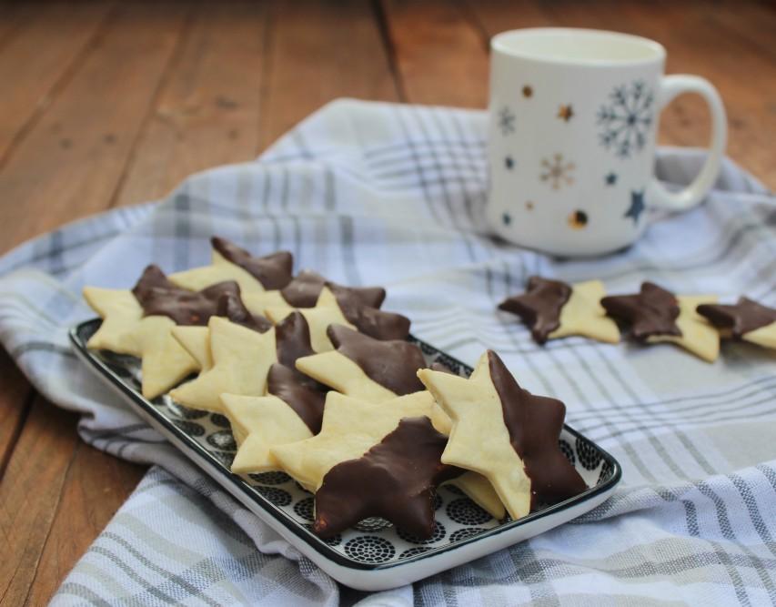 Biscotti di frolla con glassa al cioccolato