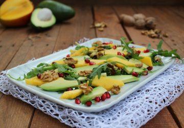Insalata di rucola, noci e frutta esotica