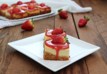 Quadrotti di cheesecake con fragole