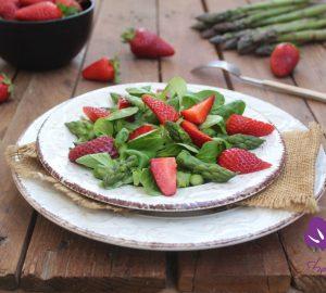 Insalata verde con asparagi e fragole