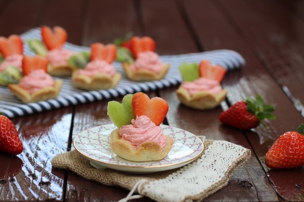 Fiorellini di frolla con fragole