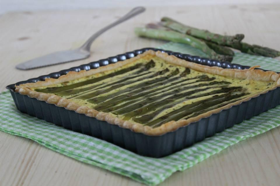 Crostata di sfoglia con asparagi.