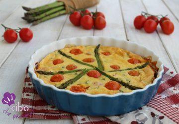 Clafoutis salato con asparagi e pomodorini.