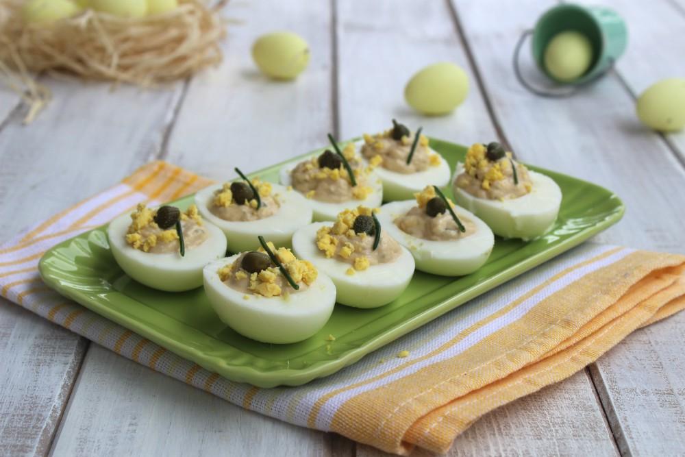 Uova ripiene con tonno.