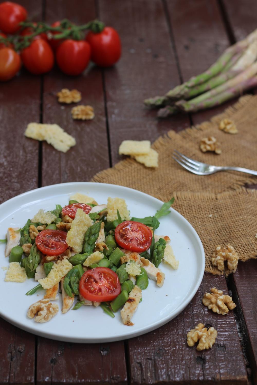 Insalata di pollo grigliato con noci e asparagi