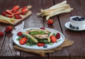 Insalata di salmone e frutti di bosco.