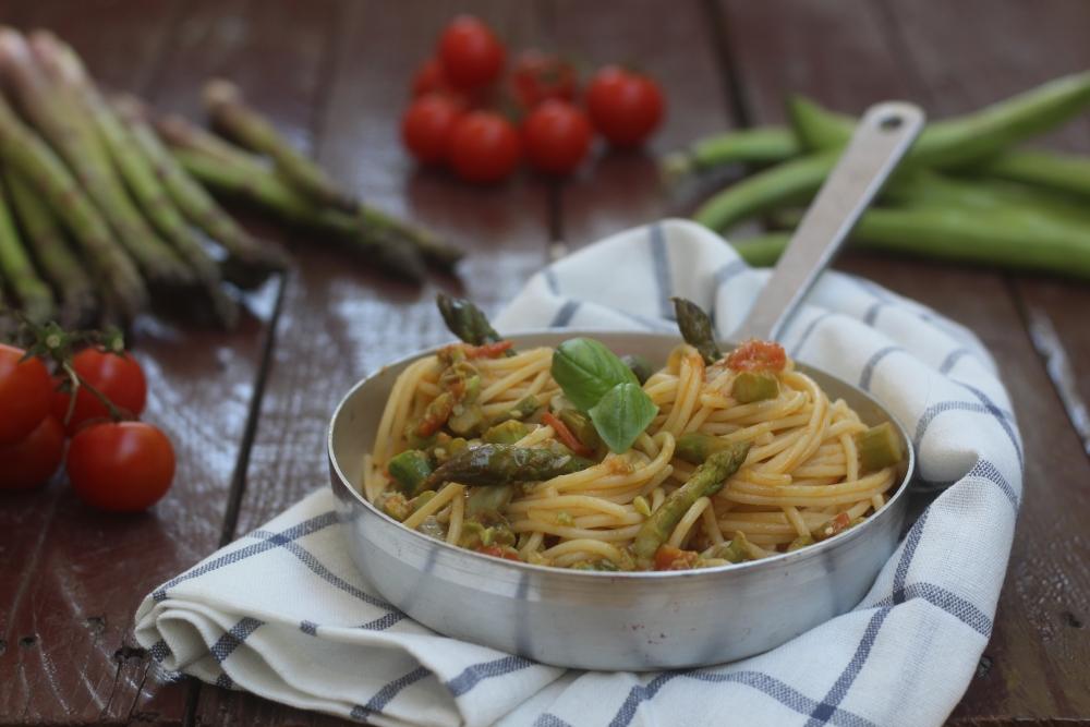 Spaghetti con asparagi e fave