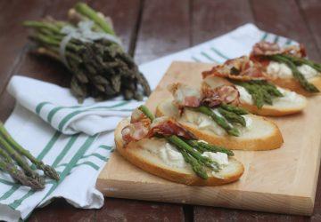 Bruschette con asparagi e bacon