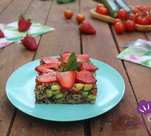 Insalata di quinoa con zucchine e fragole.