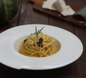 Spaghetti con crema di zucca e guanciale